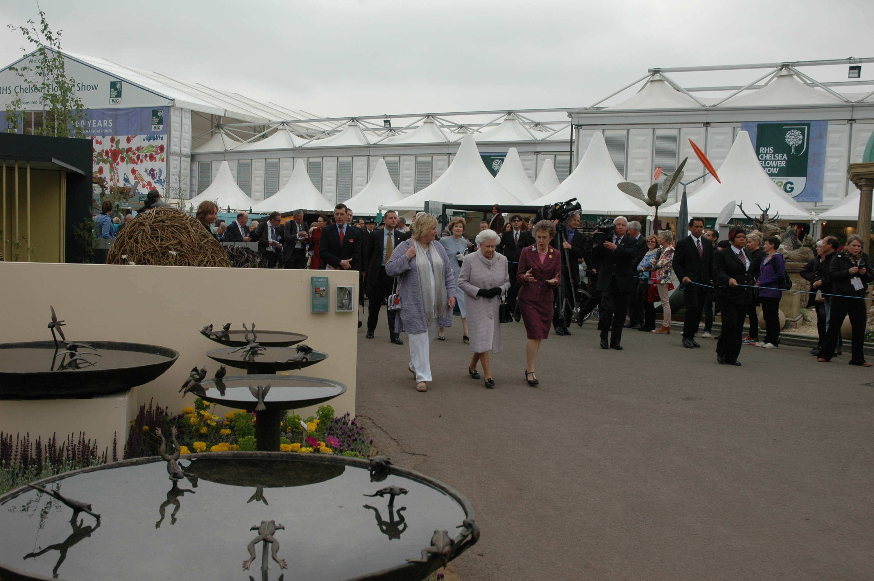 The Queen passing Willie Wildlife Sculptures stand